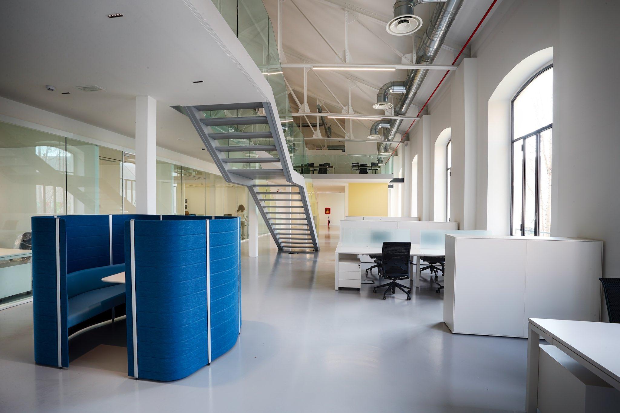 Conosciuto Xoffice azienda leader nel settore dell'interior design veste gli  ZH51